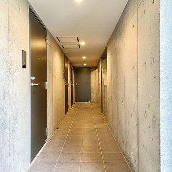 廊下は長め。