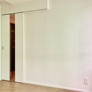 【洋室】玄関とは引き戸で仕切られていますよ。ガラスのスリットがいい感じ。