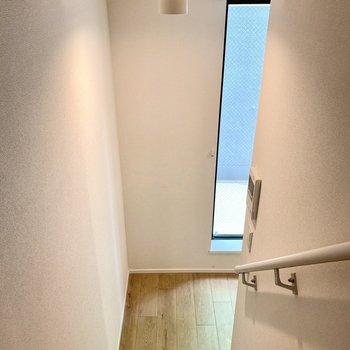 下へ。階段上部にカーテンレールがあり、空間を仕切ることができます。