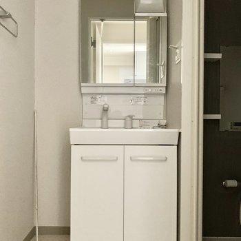 大きめ鏡が嬉しい独立洗面台です。左のスペースは、バスタオル掛けなどに活用できそうです。(※写真は11階の同間取り別部屋のものです)