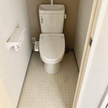トイレはウォシュレット、上部に棚付きです◎(※写真は11階の同間取り別部屋のものです)
