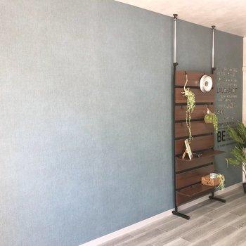 ブルーグレーのアクセントクロスが素敵。※家具はサンプルです