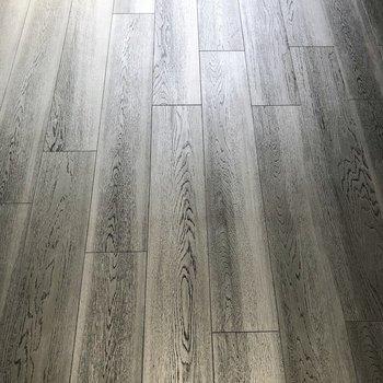 床はグレーのフローリング。