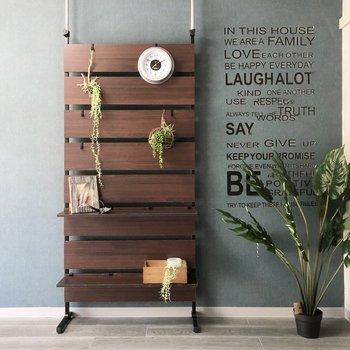 ウォールナットやアイアンの家具が良く合いそう。こんな風にステッカーを貼ってもいいですね。※家具はサンプルです