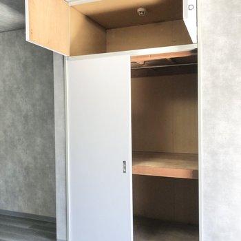 収納はハンガーパイプ付きの押し入れがあります。上の棚は衣替えに使えそう。