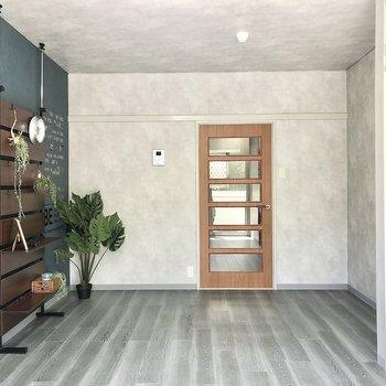 玄関側には長押が付いています。ドアはガラス張りになっていて玄関まで光が行き届きます。※家具はサンプルです