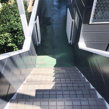 お部屋は1階ですが、建物が下がったところにあるので入口からお部屋までは階段を下ります。