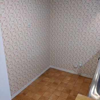 【キッチン】テラコッタ風のタイル床とドット模様の壁がオシャレ!
