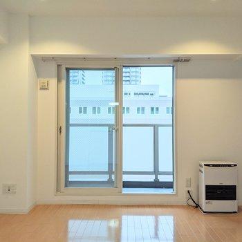 【リビング】大きな窓からバルコニーに出られます。