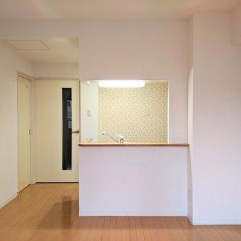 【リビング】対面式のキッチンです。