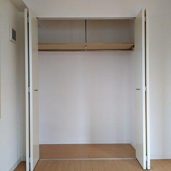 【洋室】大容量です。季節の布団や掃除道具を収納するといいですね。
