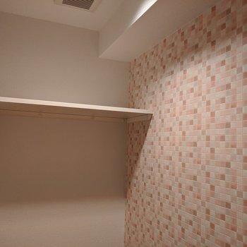 ピンクの壁紙がかわいらしいですね〜。