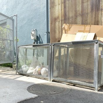 ゴミ置き場はメールボックスの向かい側にあります。