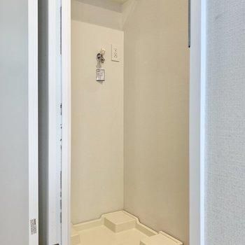 トイレの向かい側に洗濯機置場があります。