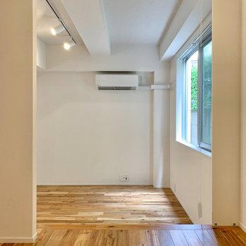 セミダブルのマットレスが置けそうな広さで、天井高は180センチほど。