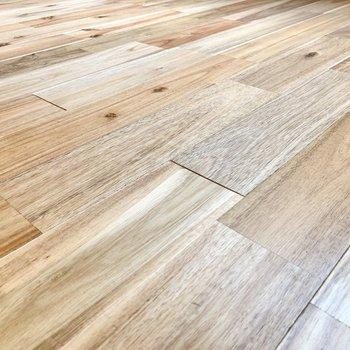 床はサラサラした無垢材を使用しています。