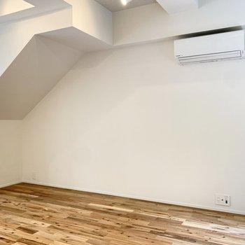 エアコン側には作業机が置けそうですよ。