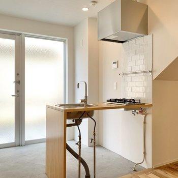 造作のキッチンはサイドのタイルが素敵です。