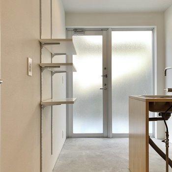 玄関スペースはキッチン脇です。