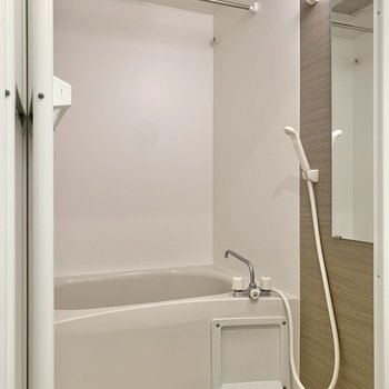 浴室は乾燥機付き。洗い場にもゆとりが感じられます。
