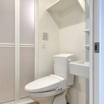 お隣は棚付きのトイレです。