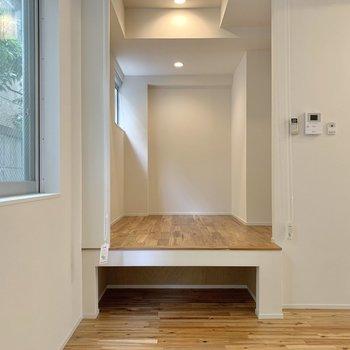 床下に小さな収納空間がありますね。