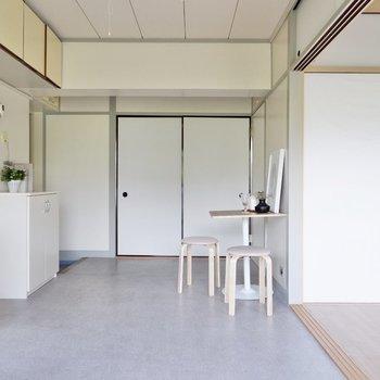 ダイニングから洋室にかけて掃き出し窓があり、光が良く入ります。※写真はDIYモデルルームのものです