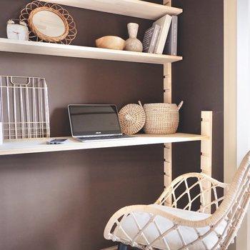 造作棚だけでなく、クロスの色も集中できる落ち着いた色合いに。※写真はDIYモデルルームのものです