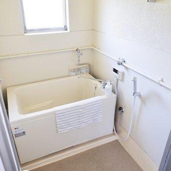 浴室には小窓があり、換気もしやすいですよ。※写真はモデルルームのものです