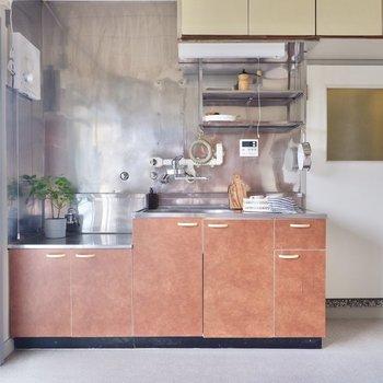 実はこのキッチンもシートを張って、全体の統一感を出しているのです。※写真はDIYモデルルームのものです