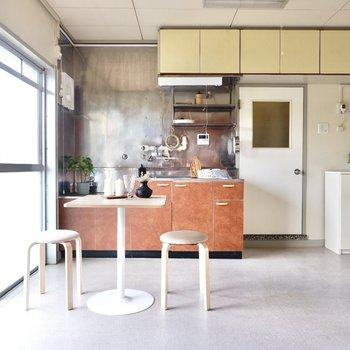 キッチン前はカフェテーブルを置けるだけの広さがあります。※写真はDIYモデルルームのものです