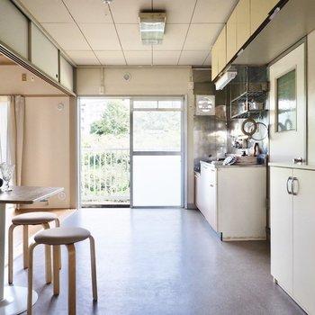 テーブルの配置を代えるだけで、さらにキッチン前を広々と使えますね。※写真はDIYモデルルームのものです