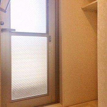脱衣所奥には洗濯機置き場。そしてこの扉は・・・