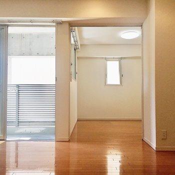 【LDK】奥の洋室はスライドドアで仕切れますよ。