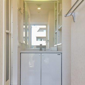 洗面台の左右には収納もありますよ!