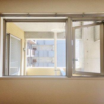 【洋室】東向きの窓はベランダが見えます。
