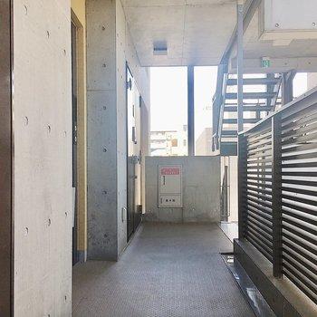 【共有部】エレベーター近くの角部屋です。