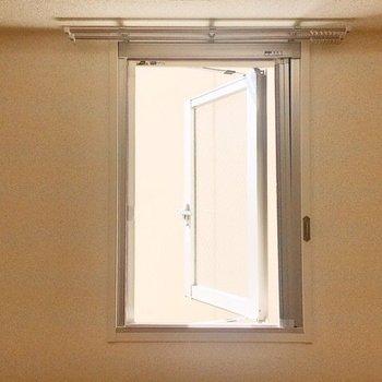 【洋室】南向きの窓はお隣の建物の壁が割と近めです。