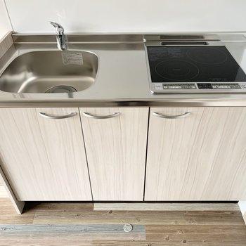 2口IHと作業スペースの余白もある、自炊派に嬉しいキッチン◎冷蔵庫スペースもしっかりお隣に。