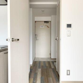 水廻りへはそんなキッチンのお隣のドアから。