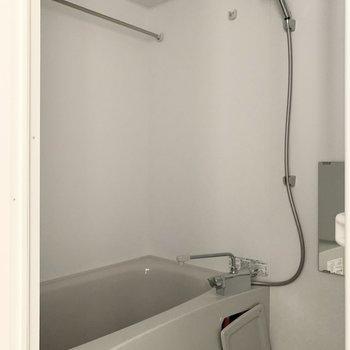 お風呂は浴室乾燥機付。雨の日が続いたり早く乾かしたい洗濯物があるときに嬉しい設備です。