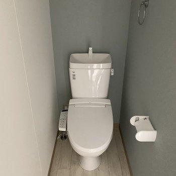 おトイレはユーティリティの対面に。こちらも内装にこだわって。