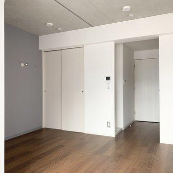 シンプルの中にこだわりの詰まったひとり暮らしのお部屋です。(※現在建設中/一部フラッシュ撮影を使用しています)