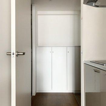 ドアの向こうには水廻りと玄関が。