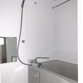 お風呂は浴室乾燥機付で雨の続いた日のお洗濯や早く乾かしたいときに重宝しそうです◎(※フラッシュを使用して撮影しています)