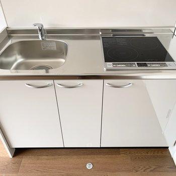 2口IHと作業スペースの余白もある、自炊派に嬉しいキッチンです。(※写真は別室の色違いのもの)