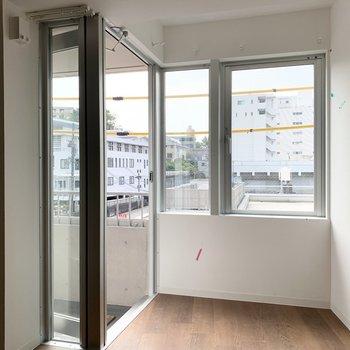 窓の外も見ていきましょう。網戸はこれから設置予定です。
