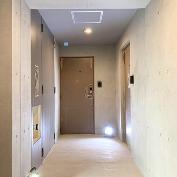 まだ工事中ですが、共用部分はコンクリート多めなかっこいい印象です。