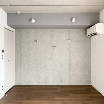 カーテンレールが設置されていて仕切ることが可能なので、1Rながらベッドルームを作ることもできますね◎