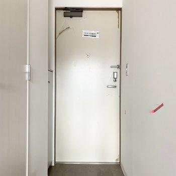 おトイレの奥には玄関が。